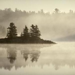 Fantome d'une ile sur un lac dans le brouillard