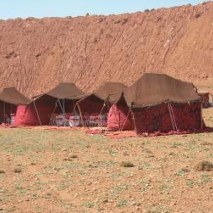 Pause de midi a l'ombre de tentes berbères