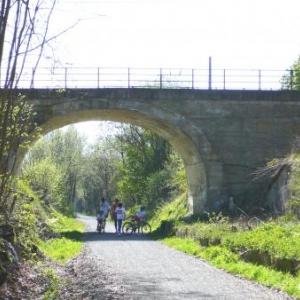 Le Ravel passant sous le pont de Hockai