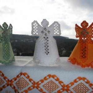 19. trois anges sont venus ce soir... en broderie masloul, de Tibhirine