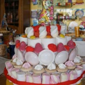 pour un anniversaire: assemblage de patisseries (farine et sel, puis coloration et passage au four: non comestible, decoratif)