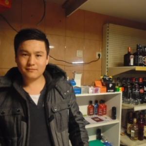 Natake, d'Afghanistan, qui tient le night shop. Cheap cheap