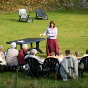 A l'Ermitage, mamies et petits-enfants sont tout oreille devant la conteuse, Michelle Wargnier
