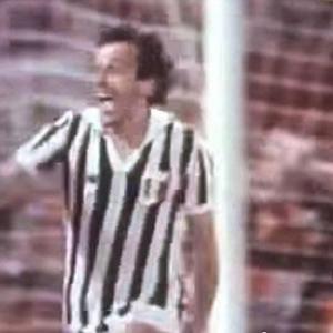 Platini, autre gloire du sport francais, ds son tour d'honneur triomphal apres avoir marqu un penalty au Heysel en 1985. Finale de la coupe d'Europe. Il jouait avec la Juventus Turin, dont 39 supporters venaient de se faire massacrer par des hooligans.