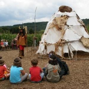Les petits chefs se sont soumis au rituel: le bandeau, on entoure le wigwam, assis sur le sol, en cercle
