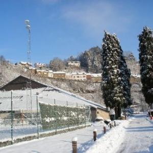 Terrain de tennis et hall polyvalent.