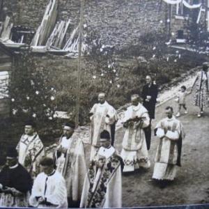 R. Wilhelmy, premices sacerdotales. 1958. Procession depuis sa maison, rue St-Roch (Houffalize). Collection Louis Dislaire