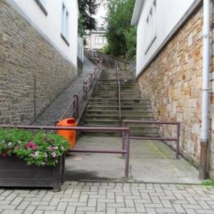 4. Au pied de la ruelle en escalier historique.