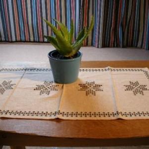 31. chemin de table, broderie masloul, de Tibhirine (24 euros)