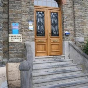 L'escalier vers la gemeentelijke brievenbus dont question dans l'article. Pour les personnes presentant un handicap, celle-ci est moins accessible.