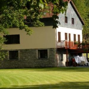 Ermitage: une partie des constructions du moulin, heureusemenet converti en appartements de tourisme. On dirait le Sud!