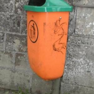 Une chapeau vert. Du vandalisme? Petit concours: devinez l'emplacement.