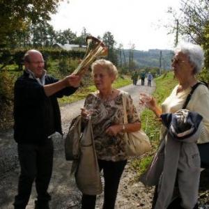 Sous le regard d'un paparazzi, Jean-Claude Massem met son cor autour du cou de ma soeur