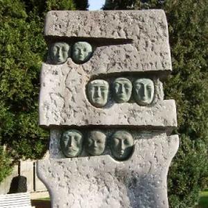 """Le monument aux victimes civiles des bombardements, pres de l'eglise. A l'initiative de l'association """"Houffalize remember""""."""