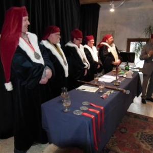 Les hauts dignitaires (manque le photographe) et un recitant couvert comme un immam.