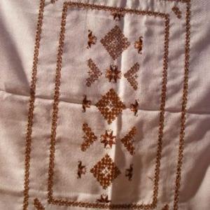 42. gros plan central d'unez grande nappe 1,30x2,1m, avec 8 serviettes, broderie masloul (35 euros)
