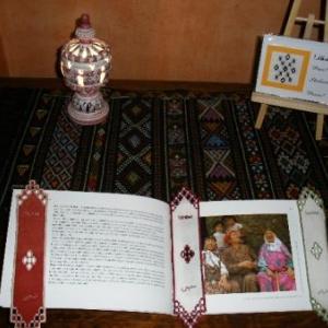 10. petit tapis, grand ouvrage! du tissage d'El Golea. Signets marque-page avec broderie masloul de Tibhirine, ainsi que les carte de voeux