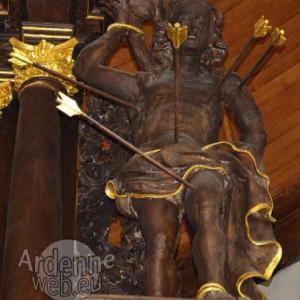 Saint-Sebastien, eglise de Houffalize. Remarquer l'implantation des fleches, dont l'une perpendiculaire, au nombril.