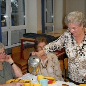 Jeanine va servir entre deux tasses