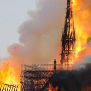 Effondrement de la fleche de Notre-Dame en flammes.