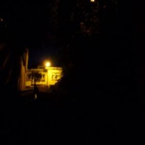 Il est 19 heures. La descente dans le trou noir, qui relie la Ville Haute et la Ville Basse. Le petit point au-dessus: la lampe inutile.