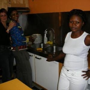 avec Marie-Adele, une des responsables de la Croix Rouge: c'est gai, la vaisselle!