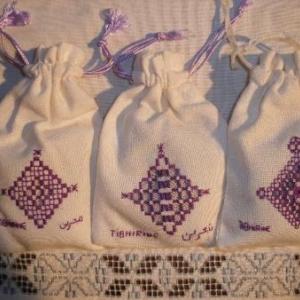 sachets avec broderie contenant des herbes aromatiques, pour mettre dans les garde-robes (jamais identiques!)