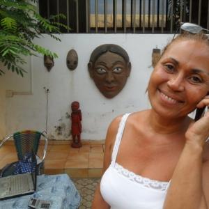 La signora Blonde e strumenti di comunicazione...telefono, computer portatile, e il suo sorriso