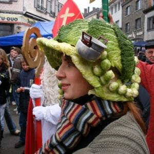 Catherinette avec un chou vert en coiffe, defile de la foire Sainte-Catherine, Houffalize (2007)