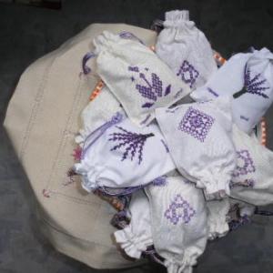 6. sachets de lavande (culture de Tibhirine) avec broderies masloul (4 euros). Pour parfumer les garde-robes