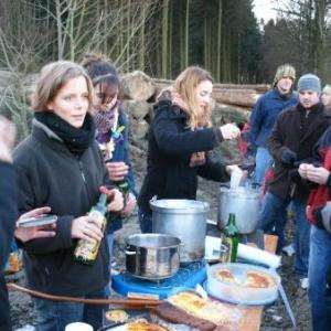 22. tiens! les filles du patro de Bastogne font leur business au coin d'un bois. Tout ce qu'il y a de louche chez elles, c'est leur ustensile.