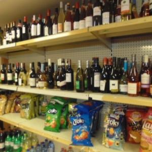 Night boutique: alcools et chips. Cheap cheap.