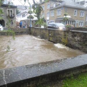 L'Ourthe se précipite sous le pont de la rue Porte à l'Eau (Résidence de l'Ourthe)