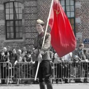 Soldat russe porte drapeau