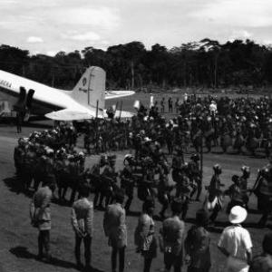 Inhuldiging van de lijn Stanleystad-Paulis (Uele) met DC-3 en Mangbetyu-dansers, 1951