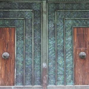 les impressionantes portes du batiment