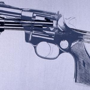 Gun, 1981-1982, Acryl en zeefdruk op textiel, Collection of The Andy Warhol Museum, Pittsburgh, © The Andy Warhol Foundation for the Visual Arts, Inc. / SABAM Belgium 2013
