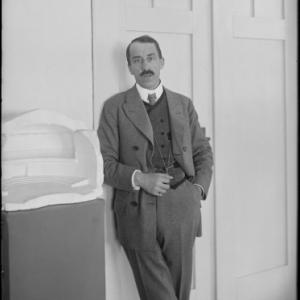 Henry van de Velde in zijn atelier in de Groothertogelijke Saksische School voor Kunstambachten in Weimar, 1908, Foto Louis Held, Weimar, © Fonds Henry van de Velde, ENSAV – La Cambre, Brussel
