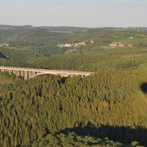 le pont de l'autoroute en montgolfiere