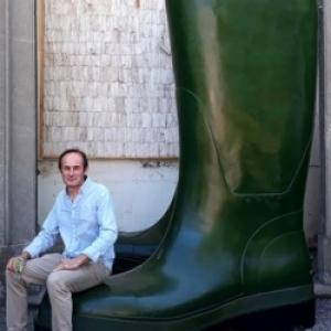 """Lilian Bourgeat assis sur une botte de trois metres de hauteur (c) """"DH"""""""