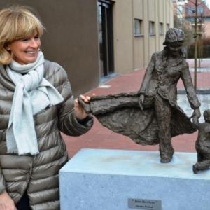 """Caroline Moxhon et l une de ses sculptures, a Waterloo (c) """"Sud Presse"""""""