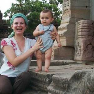 Cecile Clocheret et son efant, a Angkor