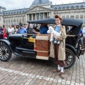 """Dans la Realite : La """"Ford T"""" devant le Palais Royal"""