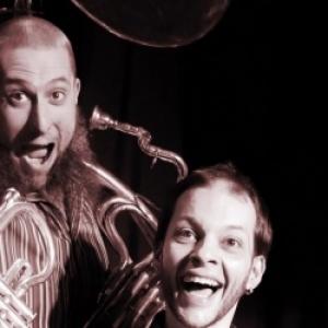 """Du jazz/blues New Orleans, avec """"Sousa Schleb"""", un duo, a la batterie et au sousaphone"""