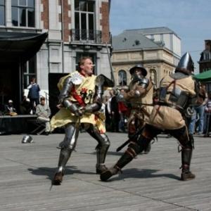 """Sur la Place d Armes, au nom bien choisi, un combat de la """"Confrerie de la Malemort"""" (c) """"Folknam"""""""