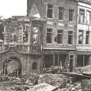 Jouxtant la Place L Ilon, la porte du refuge de l Abbaye de Floreffe, rue Bas de la Place (18/08/1944)