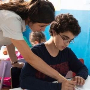 """En classe de l'école des devoirs, avec Ines, sa Professeure (c) """"Les Films du Fleuve"""""""
