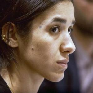 "Nadia Murad, ""Prix Nobel de la Paix"", dans ""On her Shoulders"" (c) Alexandria Bombach"