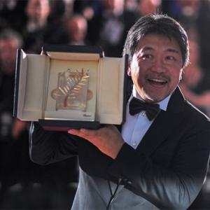 "Hirokazu Kore-Eda et sa ""Palme d Or"" (c) Loic Venance/""AFP"""