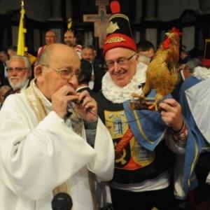 L'abbe Malherbe, avec un Molon, a la sortie de la Messe en Wallon (c) « L Avenir »/2011